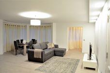sala de estar com tv em apartamento em zona turística do Funchal