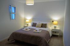 quarto com cama de casal em apartamento na zona turística do Funchal