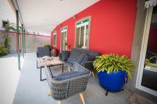 Entrada da casa privada com mobiliário de exterior para usufruir.