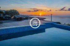 Moradia com piscina e vista sobre o Oceano Atlântico em Santa Cruz, perto do Funchal