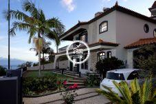 Villa em zona residencial com vista mar, churrasco, jardim e estacionamento privado.