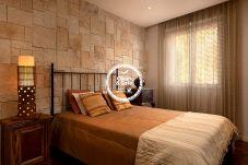 Quarto confortável e muito bem decorado com cama de casal