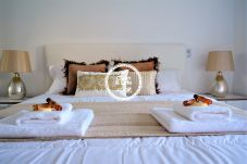 bedroom with double bed in apartment in the tourist area of ​​Funchal