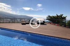 Piscina con vista a toda la ciudad de Funchal