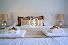 Habitación con cama doble en apartamento en la zona turística de Funchal.