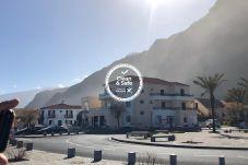 Establecimiento de alojamiento situado junto al mar en el centro de Porto Moniz