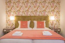 Chambre avec deux lits simples et salle de bain privée