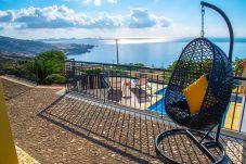 Piscine et balcon avec vue mer